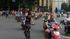 Mopeds und Räder auf Kreuzung